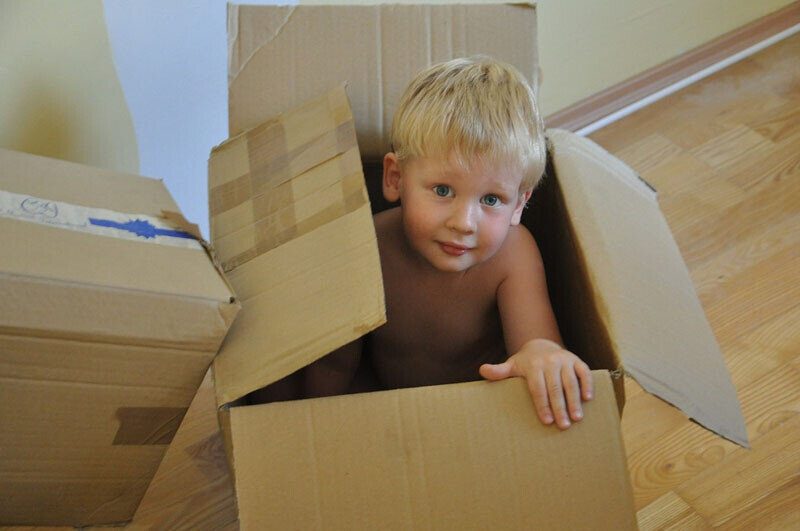 Tips for Moving with Kids_Kid Picture in a box